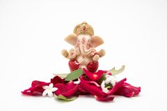 Lord Ganesha Idol com as pétalas cor-de-rosa no fundo branco, chaurthi do ganesh, pooja do ganesh fotografia de stock royalty free