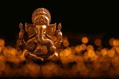 Lord Ganesha med Blured bokhebakgrund Arkivfoton