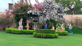 Lord Krishna, der Leela mit Gopies bei Prem Mandir Vrindavan tut stockfotografie