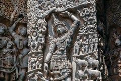 Lord Krishna, der Mt anhebt Govardhan auf Entlastung des des 12. Jahrhunderts aufwändigen Hoysaleshwara-Tempels in Halebidu, Indi Lizenzfreies Stockfoto