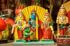 Lord Krishna et employés sous les formes de jouets en bois colorés dans le style traditionnel de l'Inde, dans l'étalage du magasi Images stock