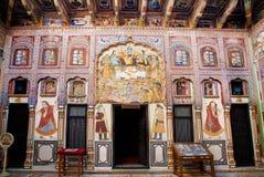Lord Krishna med vänner och annan på freskomålningar av den gamla herrgården Royaltyfria Foton