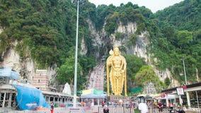 Lord Murugan Hindu Deity Statue bij Batu-Holen in de Tijdtijdspanne van Maleisië stock videobeelden