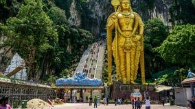 Lord Murugan Hindu Deity Statue bij de Holen en de toeristenstroom van Batu in de Tijdtijdspanne van Maleisië 4K stock footage