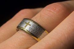 Lords Prayer Ring auf Finger lizenzfreies stockbild