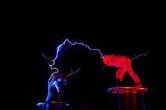 Lords van de elektriciteit van de Bliksemhoogspanning tonen royalty-vrije stock afbeeldingen
