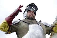 06 04 2015 Lorelay Γερμανία - μεσαιωνικοί ιππότες παιχνιδιών ιπποτών που παλεύουν τα πρωταθλήματα που οδηγούν στο άλογο Στοκ Φωτογραφία