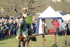 06 04 2015 Lorelay Γερμανία - μεσαιωνικοί ιππότες παιχνιδιών ιπποτών που παλεύουν τα πρωταθλήματα που οδηγούν στο άλογο Στοκ Εικόνα