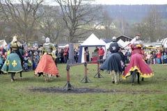 06 04 Lorelay 2015 Alemanha - os jogos medievais do cavaleiro knights a equitação de combate do competiam no cavalo Imagem de Stock
