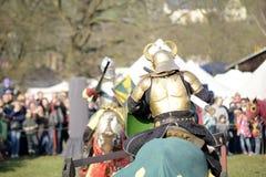 06 04 Lorelay 2015 Alemanha - os jogos medievais do cavaleiro knights a equitação de combate do competiam no cavalo Imagens de Stock