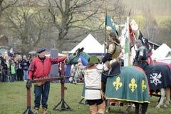 06 04 Lorelay 2015 Alemanha - os jogos medievais do cavaleiro knights a equitação de combate do competiam no cavalo Imagens de Stock Royalty Free