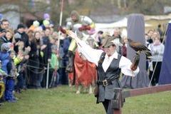 06 04 Lorelay 2015 Alemania - mujer en la ropa medieval tradicional que sostiene el halcón en su demostración falcony del brazo Fotos de archivo libres de regalías