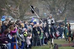06 04 2015 Lorelay Duitsland - de Middeleeuwse ridders die van Ridderspelen toernooien bestrijden die op paard berijden Stock Afbeeldingen