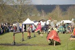 06 04 2015 Lorelay Duitsland - de Middeleeuwse ridders die van Ridderspelen toernooien bestrijden die op paard berijden Stock Foto's