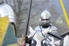 06 04 2015 Lorelay Duitsland - de Middeleeuwse ridders die van Ridderspelen toernooien bestrijden die op paard berijden Stock Afbeelding