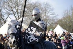06 04 2015 Lorelay Duitsland - de Middeleeuwse ridders die van Ridderspelen toernooien bestrijden die op paard berijden Royalty-vrije Stock Afbeeldingen