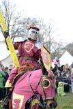 06 04 2015 Lorelay Duitsland - de Middeleeuwse ridders die van Ridderspelen toernooien bestrijden die op paard berijden Stock Foto