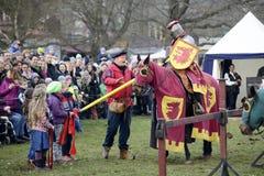 06 04 2015 Lorelay Duitsland - de Middeleeuwse ridders die van Ridderspelen toernooien bestrijden die op paard berijden Stock Fotografie