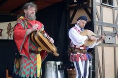 06 04 2015 Lorelay Niemcy - muzycy w średniowiecznym kostiumu wykonują na ulicie podczas tradycyjnego Średniowiecznego jarmarku Zdjęcie Stock