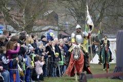 06 04 Lorelay Tyskland 2015 - den medeltida riddaren spelar riddare som slåss turneringridning på häst Arkivbilder