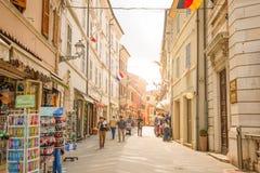Loreto, Анкона, Италия - 8 05 2018: Центральная торговая улица Corso Traiano Boccalini водит к базилике Касы Санты Стоковая Фотография