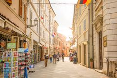 Loreto Ancona, Italien - 8 05 2018: Den centrala shoppinggatan Corso Traiano Boccalini leder till basilikan av Santa Casa Arkivbild