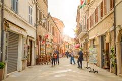 Loreto Ancona, Italien - 8 05 2018: Den centrala shoppinggatan Corso Traiano Boccalini leder till basilikan av Santa Casa Royaltyfri Fotografi