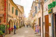 Loreto Ancona, Italien - 8 05 2018: Den centrala shoppinggatan Corso Traiano Boccalini leder till basilikan av Santa Casa Royaltyfri Foto