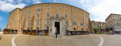 Loreto Ancona, Italien - 8 05 2018: Panorama av den centrala gatan av Loreto till basilikan av Santa Casa med folk och Arkivbild