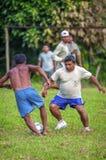 LORETO, PERÚ - 2 DE ENERO: Locals no identificados que juegan a fútbol Fotografía de archivo