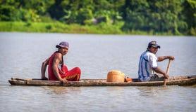 LORETO, PERÚ - 2 DE ENERO: Locals no identificados que pescan en el ri Fotos de archivo