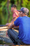 LORETO, PERÚ - 2 DE ENERO: Locals no identificados que pescan en el ri Imágenes de archivo libres de regalías