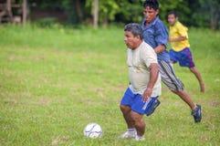 LORETO PERU - JANUARI 02: Oidentifierade lokaler som spelar fotboll Arkivbilder