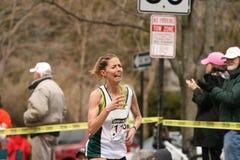 Lori Kingsley rent omhoog met gezicht van pijn Stock Foto
