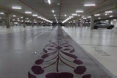 Lorient Frankrike - Februari 01, 2017: Tom underjordisk parkeringshus som är upplyst på natten Arkivbild