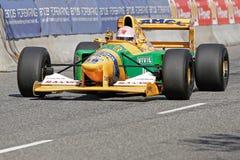 Lorina McLaughlin i en tävlings- bil för Benneton B1992 formel en Royaltyfri Bild