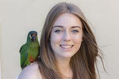 Loro del pájaro de la muchacha foto de archivo