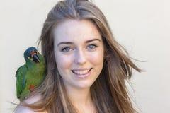 Loro del pájaro de la muchacha Fotos de archivo libres de regalías