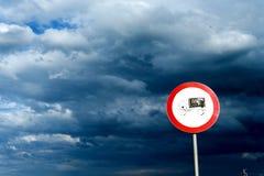 Lorry Road Sign e céu nublado fotografia de stock