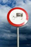 Lorry Road Sign e céu nublado imagem de stock royalty free