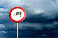 Lorry Road Sign e céu nublado imagem de stock