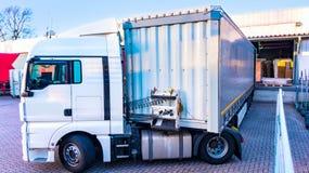 Lorry Trailer de carregamento Caminhão na estrada imagem de stock royalty free
