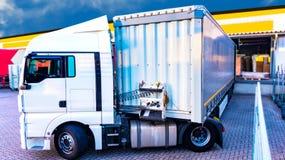 Lorry Trailer de carregamento Caminhão na estrada foto de stock royalty free