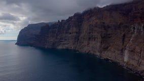 Los癸干忒斯峭壁空中hyperlapse在特内里费岛阴云密布,加那利群岛,西班牙的 股票录像