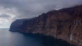 Los癸干忒斯峭壁空中hyperlapse在特内里费岛阴云密布,加那利群岛,西班牙的 股票视频