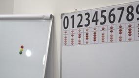 Los ábacos de la matemáticas suben - los números y los palillos de la cuenta almacen de metraje de vídeo
