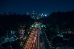 Los Ángeles céntrico en la distancia sobre la carretera 101 Foto de archivo