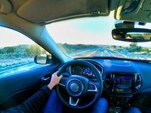 Los Ángeles, California, los E.E.U.U., 15/04/2019 hombre que conduce un coche en América foto de archivo