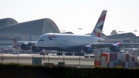 LOS ÁNGELES, CALIFORNIA, los E.E.U.U. - 9 de octubre de 2014: British Airways Airbus A380-800 mostrado poco antes despegue en el  Fotografía de archivo libre de regalías