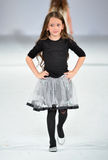 Los Ángeles - 13 de marzo: Un modelo camina la pista en el desfile de moda 2013 del otoño invierno de Es+ Es Foto de archivo libre de regalías